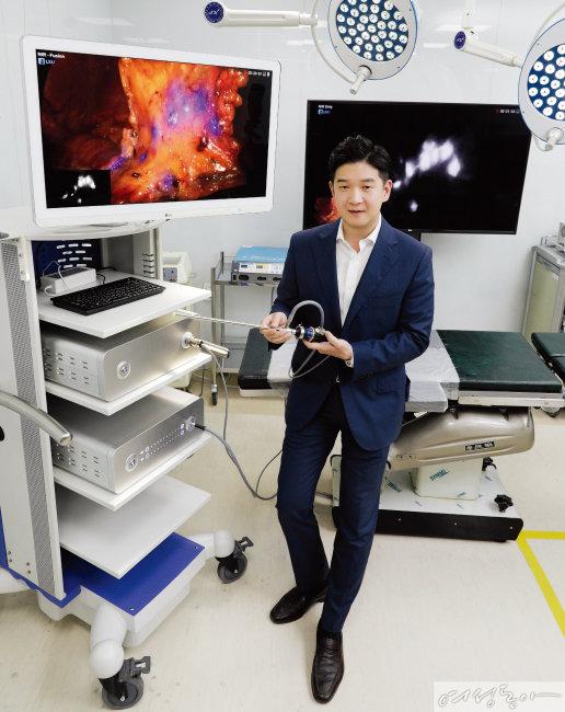 서울대병원 교수들이 참여해 개발한 '형광내시경' Model-L의 기능을 설명하는 이충희 ITS 대표. 왼쪽의 알루미늄 박스와 카메라가 Model-L인데 수술 안정성을 높인 기능과 아름다운 디자인으로 독일 레드닷 어워드도 수상했다.