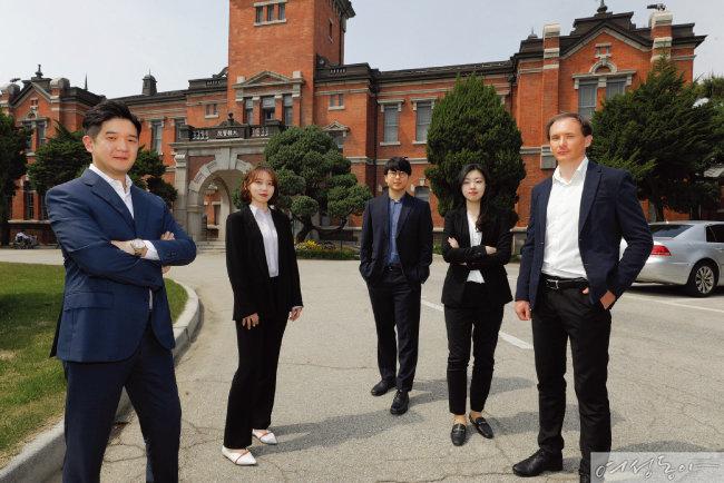 서울대병원 의학박물관 앞에 선 ITS 이충희 대표와 남진아 차장, 이훈찬 선임연구원, 박가영 대리, 스타스 말체프 선임연구원(왼쪽부터).
