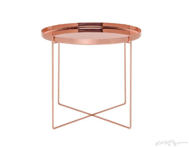 상단을 쟁반처럼 따로 사용할 수 있는 e15 하비비 사이드 테이블.