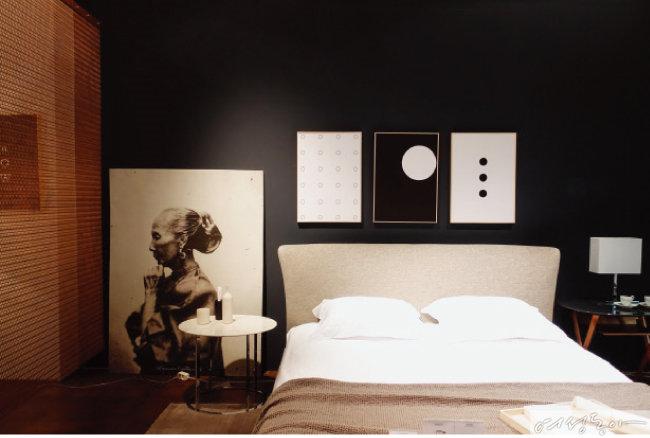 침대를 감싸는 헤드 디자인이 독특한 비앤비이탈리아의 허스크 침대.