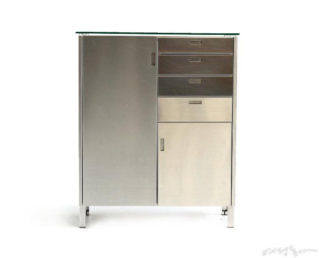 디자이너 피트 하인 이크가 남은 재료와 공정을 최소화하는 제로 웨이스트 프로젝트로 제작한 수납장.
