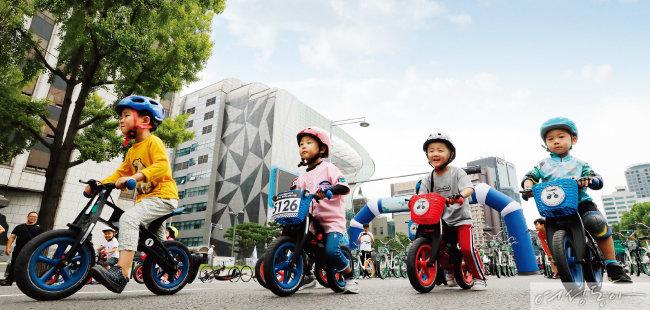 지난해 열린 '서울 차 없는 날 2018'에서 어린이들이 따릉이 등 무동력 퍼레이드를 하고 있다. 서울시는 미세먼지를 막기 위해 배출가스 5등급 차량의 도심 진입을 제안하는 등 다양한 정책을 펼치고 있다.