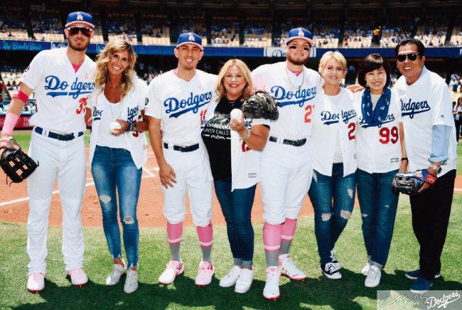 5월 13일 미국 '어머니의 날' 시구 행사에 참가한 LA 다저스 선수와 어머니들. 다른 선수들은 어머니가 공을 던지고 아들이 받았지만 류현진은 이날 선발투수로 출전해 어머니 박승순(오른쪽에서 두 번째) 씨가 던지고 아버지 류재천(오른쪽) 씨가 받았다.