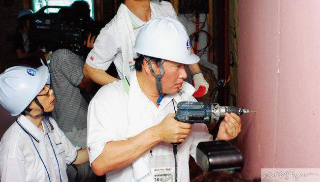 2004년 충남 천안에서 봉사활동 중인 최태원 회장.