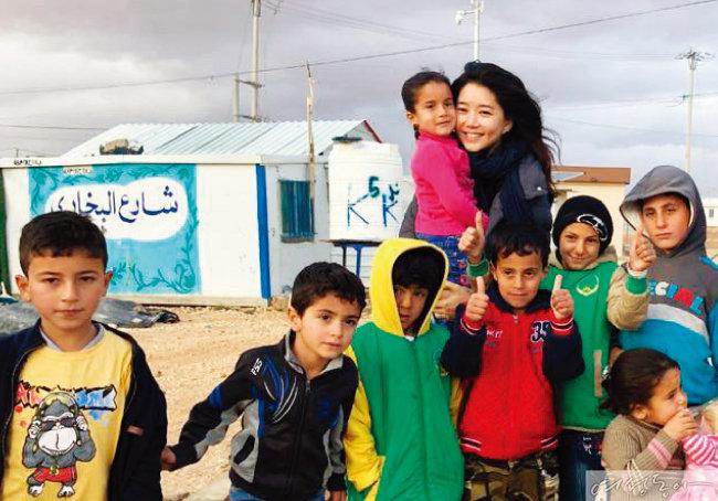 지난해 요르단의 시리아 난민캠프를 방문해 구호물품과 의약품을 전달하는 김희영 이사장.