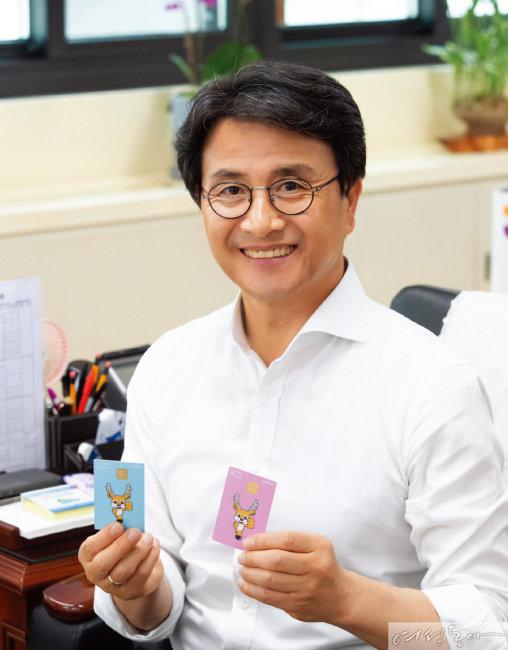이재현 구청장은 인천 서구 지역화폐인 '서로e음'을 발행해 지역 경제 활성화에 앞장서고 있다.