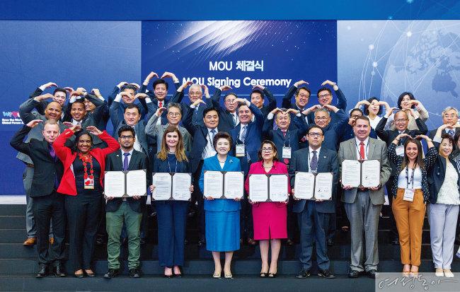 지속 가능한 생명구호를 위한 글로벌 네트워크 구축에 동의한 각국 정부기관과 NGO 단체들이 MOU를 체결했다.