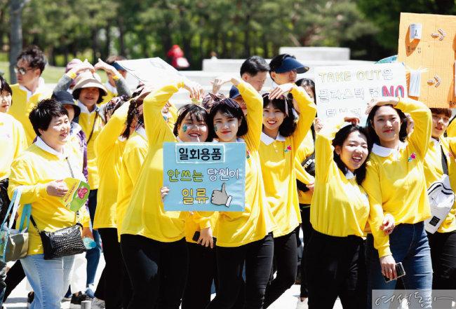 지난 5월 6일 열린 새생명 사랑 가족걷기대회 참가자들이 일회용품 사용 줄이기를 다짐하고 있다.