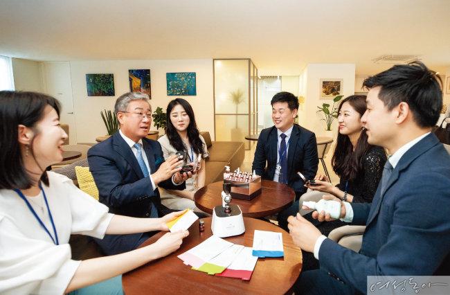 김봉준 회장은 앞으로 기업공개를 하며 주식을 직원과 사회에 나눠줘 성공에 보답할 계획이라고 밝혔다.