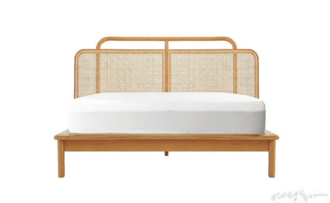케인으로 강조된 헤드보드와 두툼한 오크 원목 프레임이 임팩트를 더하는 침대. 163×217×119cm 1백98만원 우디크.