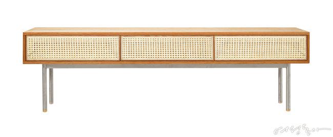 부드러운 화이트 오크 원목과 아이보리 케인의 조화가 서정적인 분위기를 연출하는 TV 거실장. 200×42×57cm 1백56만4천원 우디크.