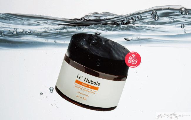 르누베르 에센셜 나이트 더블유 수면팩매일 저녁 스킨케어 마지막 단계에서 바르는 수면팩. 피부의 수분 손실을 방지하는 수분 보호막을 형성해 다음 날까지 촉촉함을 유지시켜준다. 50g 4만7천원.