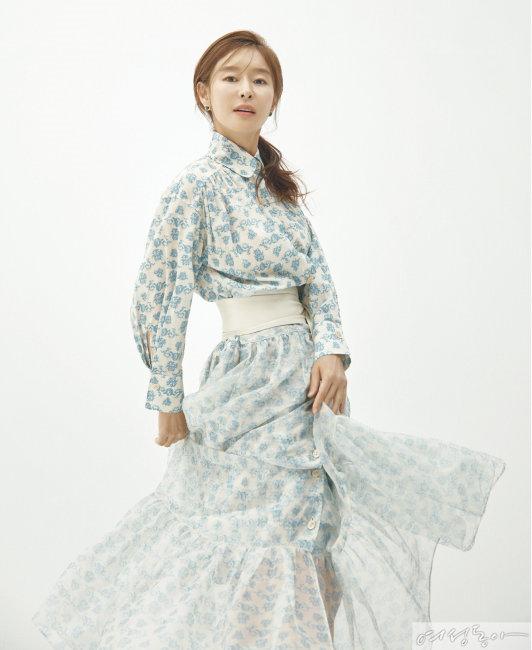 셔츠 스타일의 롱 원피스 미스지컬렉션. 이어링 르자뎅드오. 벨트 스타일리스트 소장품.