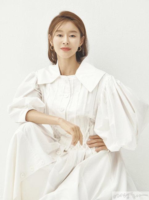 퍼프 소매 포인트의 원피스 빅팍. 이어링 르자뎅드오.
