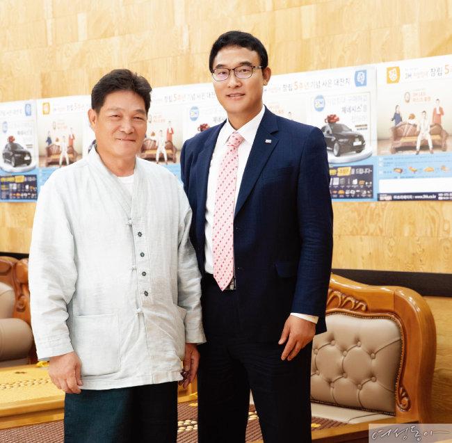 정영재(오른쪽) 3H 회장과 이기두 한옥건축명장은 MOU를 체결하고 전통 한옥 문화를 계승하는 데 힘을 모으기로 했다.