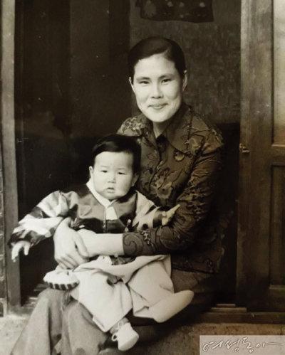 젊은 시절 첫째 아이와 함께.