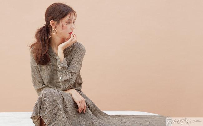 체크 원피스 폴로랄프로렌. 골드 이어링 스타일리스트 소장품.