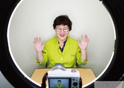 박혜성 원장의 유튜브 방송 '산부인과TV'는 구독자 2만4천 명이 넘을 정도로 인기를 끌고 있다.