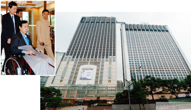 서울 소공동 롯데백화점과 나란히 붙어 있는 롯데호텔. 신격호 명예회장은 이곳 34층에 머물고 있다.