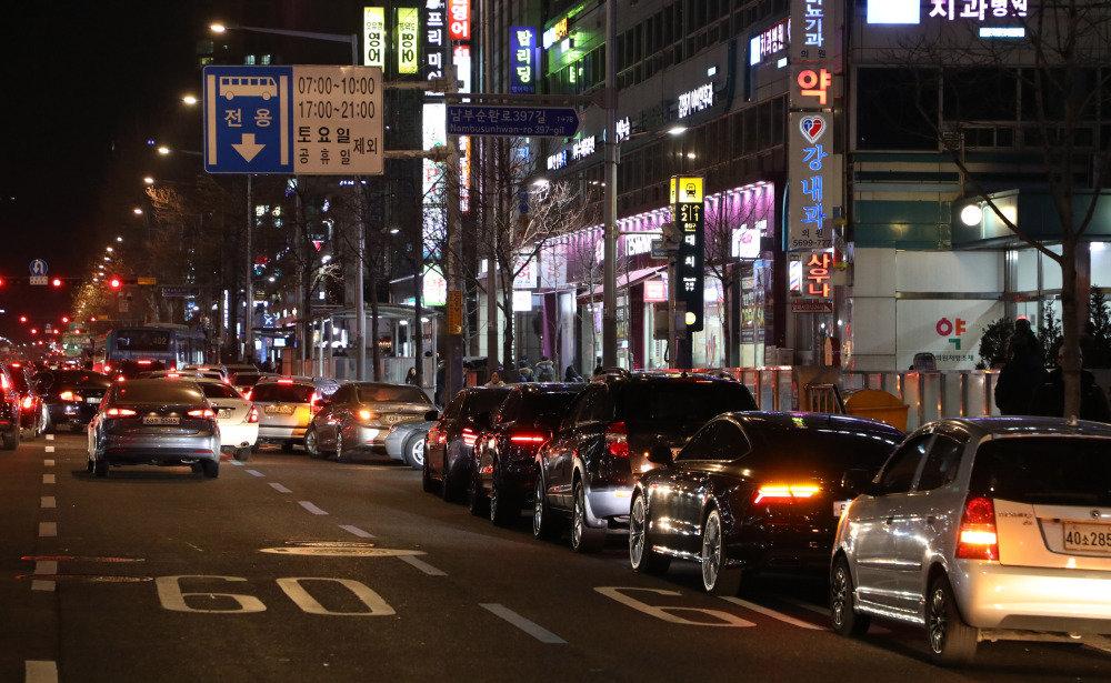 서울 강남구 대치동 학원가 도로에 저녁 늦게까지 공부하는 자녀들을 기다리는 학부모들의 차량이 길게 주차된 모습. [동아일보DB]