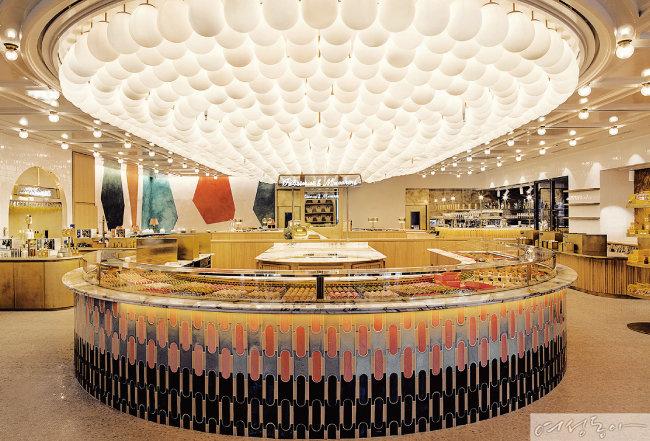파리의 바 & 레스토랑 'Le 86 Champs'은 그의 스타일을 대표한다.