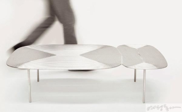 인더스트리얼 소재를 활용하는 알렉스 브로캠프(Alex Brokamp)의 구조적인 디자인 테이블.