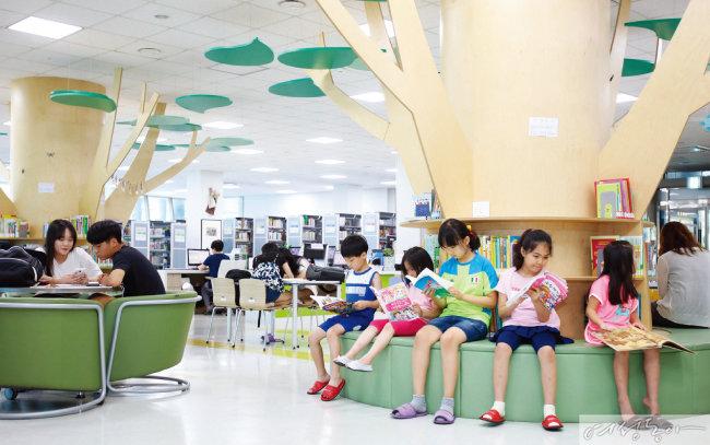충북 단양군 다누리도서관에서 독서 삼매경에 빠진 아이들 모습.