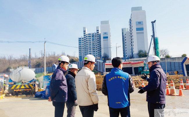 서울시 공무원들이 비산먼지 작업장의 미세먼지 배출을 점검하고 있다.