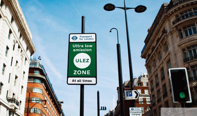 공해 차량 운전 제한 지역을 알리는 영국 런던의 교통 표지판.