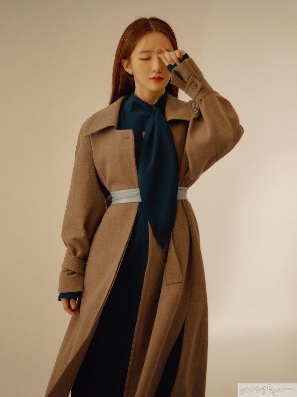 네이비 보타이 드레스, 민트 컬러 가죽 벨트 모두 스타일리스트 소장품. 브라운 빅 코트 79만8천원 로우클래식.