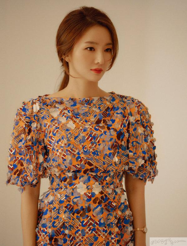 리프 드레스 17만6천4백원 딘트.  워치 1백4만원 페라가모타임피스by갤러리어클락.