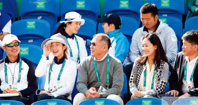 지난 2016년 양궁 선수들을 응원하기 위해 리우 올림픽 경기장을 찾은 정의선 부회장 부부.