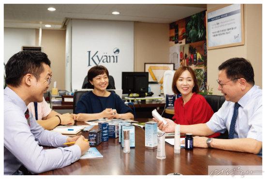 장윤성 카야니코리아 한국지사장과 직원들이 카야니 제품에 대해 이야기를 나누고 있다.