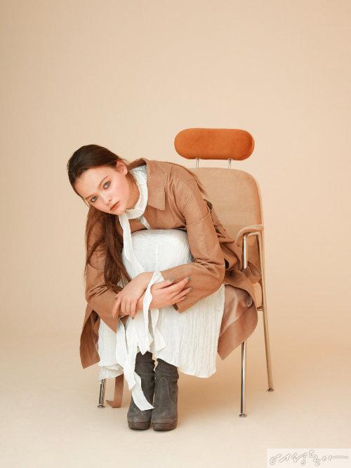 원피스 49만8천원 낸시부. 램스킨 트렌치코트 2백25만원 DKNY. 사이하이 부츠 스타일리스트 소장품.
