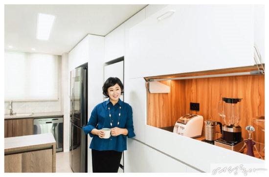 요리에 일가견이 있는 이지연 아나운서는 주방 리모델링에 특히 신경 썼다. 곳곳에 수납공간을 만들어 테이블웨어와 조리 도구 등을 수납했는데, 붙박이장에는 히든 스페이스를 만들어 홈 카페로 활용 중이다. 타일은 타일루쏘.