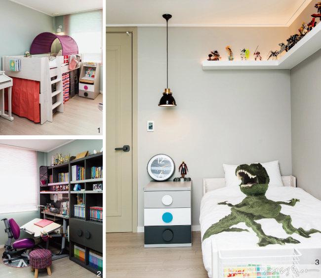 1 초등학교 3학년 딸아이의 방은 퍼플과 핑크 컬러로 로맨틱하게 꾸몄다. 벙커 침대를 원한 딸을 위해 방 한쪽에는 높이가 낮은 미드 벙커 침대를 놓았다. 침대 아래 아늑한 벙커는 딸만의 시크릿 공간이라고. 플레이 터널과 침구, 벙커 커튼 등을 핑크 톤으로 매치해 분위기를 맞춘 아이디어도 돋보인다. 미드 벙커 침대와 플레이 터널, 벙커 커튼, 침구 모두 더월.  2 아이 가구를 며칠 동안 검색한 끝에 선택한 책상과 의자, 책장은 더월에서 판매하는 영국 니스툴그로우 제품. 책상은 상판 각도와 높이를 조절할 수 있고, 의자도 높낮이 조절이 가능하다.  3 내년에 중학생이 되는 아들 방은 그레이 컬러로 꾸며 시크함을 강조했다. 침대 위에 선반을 설치해 건담 피규어를 진열한 아이디어도 눈여겨볼 것. 커다란 원형 손잡이가 유니크한 협탁과 원목 침대, 공룡 침구는 더월 제품.