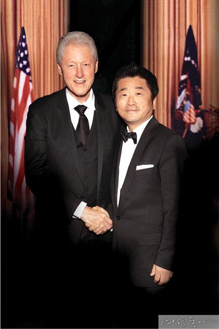 스타키 보청기를 착용하는 빌 클린턴 미국 전 대통령과 심상돈 스타키그룹 대표(오른쪽).