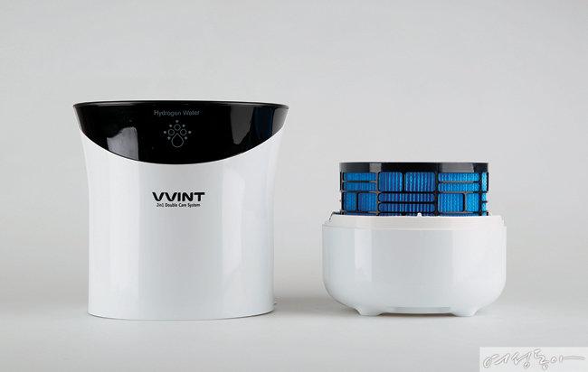 빈트 DH-9000WB. 가습기로 사용하다가 미세먼지가 심할 때는 하단부를 공기청정기 모듈로 교체하여 사용할 수 있다.