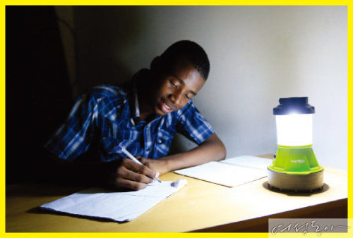 위러브유가 지원한 태양광 손전등으로 공부 중인 아이티 포르토프랭스 직업학교 재학생.