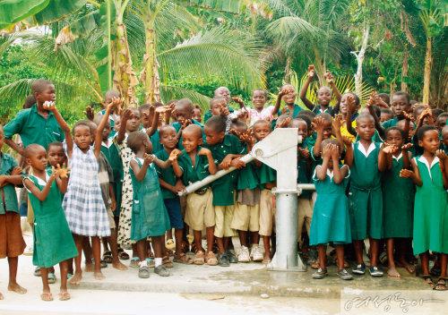 위러브유가 설치한 물펌프 앞에서 즐거워하는 가나 브레맨 코코소 마을 아이들.
