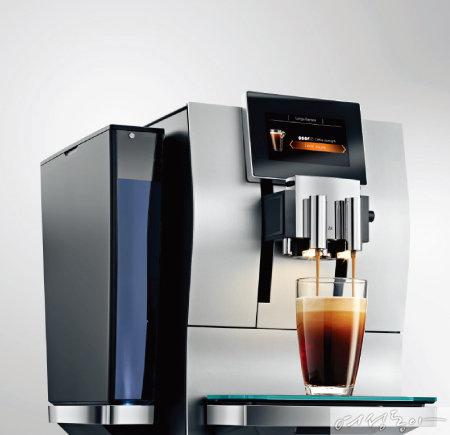사용자의 입맛에 맞는 커피를 만들기 위해 농도와 온도 등을 세밀하게 조절할 수 있는 커피머신 Z8. 유라.