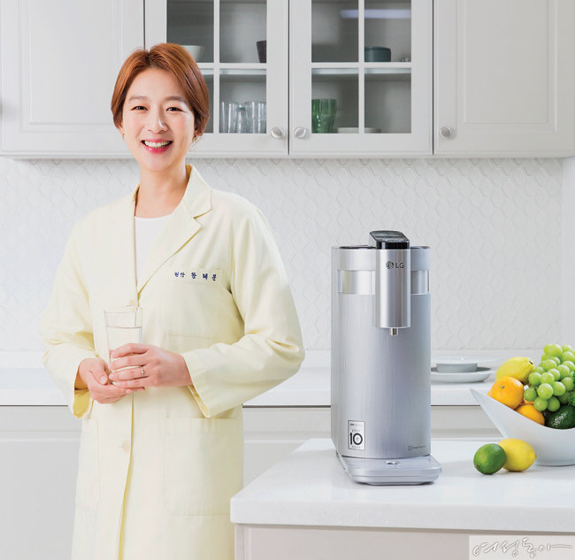왕혜문 한의사는 LG 퓨리케어 정수기 덕분에 건강에 좋은 음양수와 차를 마시는 환경이 더욱 좋아졌다고 말한다. [사진 김도균]