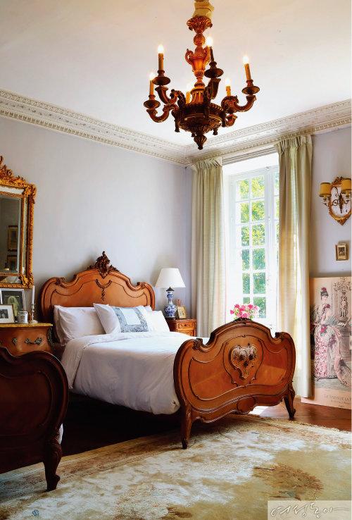 게스트룸은 곡선이 아름다운 침대를 배치해 루이 15세 스타일로 꾸몄다. 다이닝룸에 있던 오래된 원목 샹들리에를 재활용했는데, 특별한 장식 없이도 가구들이 가지고 있는 원래의 멋을 살려 감각적인 공간을 완성했다.
