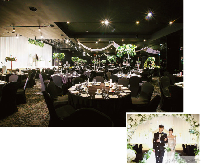 기본 세팅만으로 풍성한 센터피스 장식이 돋보이는 호텔 파크하비오의 고급스러운 웨딩홀.