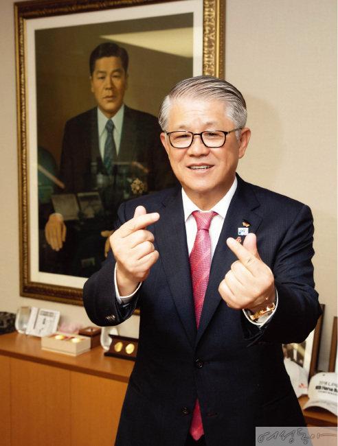나눔 공헌으로 국민훈장 받은 '기부왕' 최신원 SK네트웍스 회장