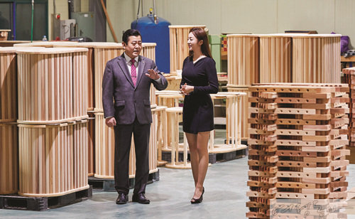 ㈜천궁의료기 김찬휘 회장이 추혜정 기상캐스터에게 제품에 관한 설명을 들려주고 있다.