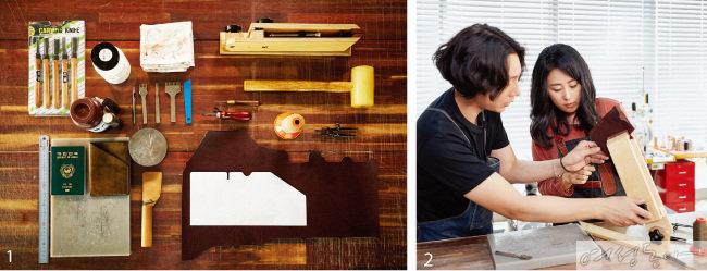 1 가죽공예할 때 필요한 도구들. 2 스티치를 넣을 때는 고정대에 가죽을 고정시키고 작업하면 쉽다.