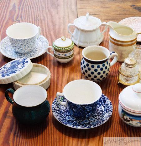 커피와 차를 즐길 수 있는 다양한 컵과 자(Jar), 슈거볼 등.