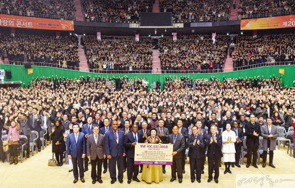 국내 복지소외가정 2백11세대와 해외 난민, 이재민, 취약계층을 지원하기 위한 제20회 새생명 사랑의 콘서트가 8천5백여 명이 운집한 가운데 성황리에 펼쳐졌다.