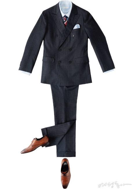 더블브레스트는 세련되면서도 고급스러운 느낌을 주기 때문에 사람들의 이목을 끄는 특별한 날 입으면 좋은 아이템이다. 불규칙한 스트라이프 패턴 넥타이를 매치해 클래식하게 마무리할 것. 셔츠 20만원대, 슈트 3백만원대, 포켓스퀘어 가격미정 모두 장미라사. 넥타이 20만원대, SHHEVIT by장미라사. 구두 50만원대  DIS by장미라사.
